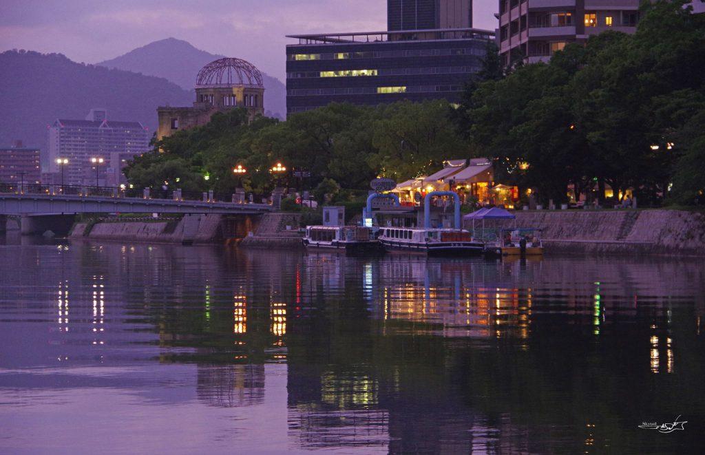 原爆ドームと元安川